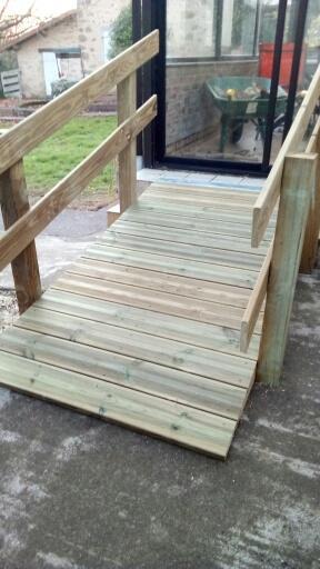 Création d'une passerelle en bois pour fauteuil roulant